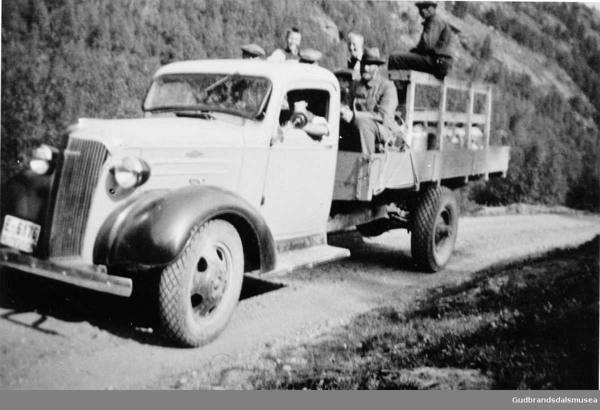 Mjølkebilen på Netosetra i 1930-åra Olav Holø er sjåfør og Jo Haugen sit på lasteplanet
