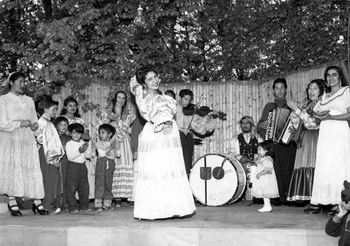 Mara Kaldaras uppträder med ungersk romsk dans i Folkets park i Lund 1954. Orkestern spelar csardas. Att vara musikant har historiskt varit ett vanligt yrke bland romer i Sverige. Musicerandet har ofta kombinerats med tivoliverksamhet, teater eller lustspel av olika slag. Dessa verksamheter mötte en kraftig nedgång i och med tevens genomslag under 1950- och 1960-talen.