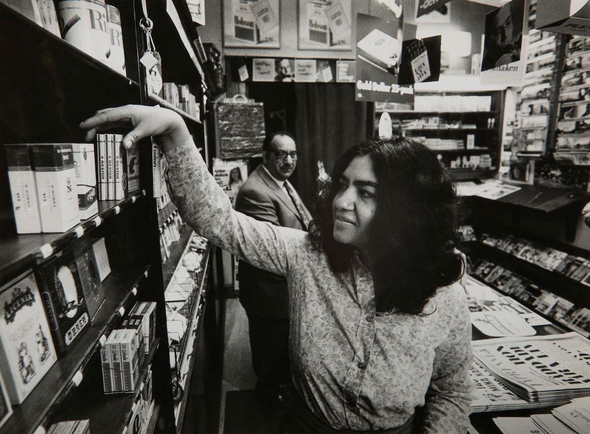 """Bilden föreställer Monica Caldaras på sitt arbete. Monica kom senare att bli kontaktlärare för romska barn i Malmö år 1974. Hon var en av de första romska hemspråkslärarna i Norden och har även arbetat som tolk. År 1998 blev hon föreståndare för Romska Kulturcentret i Malmö som håller utställningar, driver ett bibliotek samt arbetar med radioprogram, föreläsningar, sång och musik. 2013 tilldelades hon Mickelpriset för att i """"fem decennier outtröttligt berättat både för barn och vuxna om romernas historia, kultur och sagoskatt."""