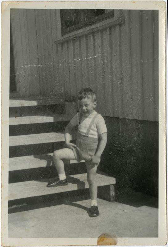 Arnfinn Arntsen på trappa foran huset, ca. 1956.
