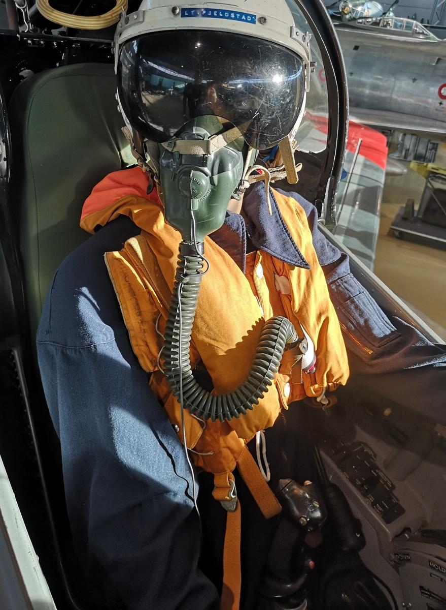 Flightsuit montert på dukke i F-86F Cockpit