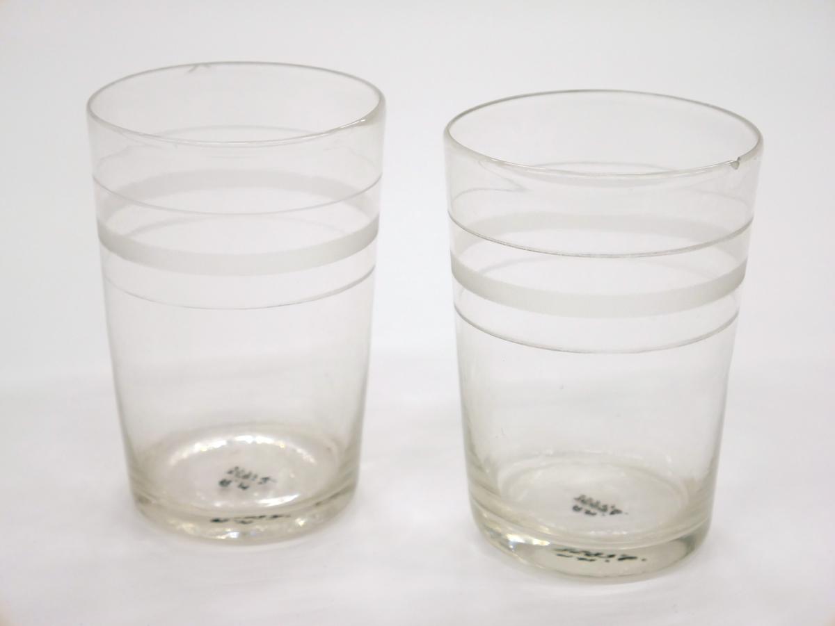 Glas med slipad dekor av en bred och två smala linjer.