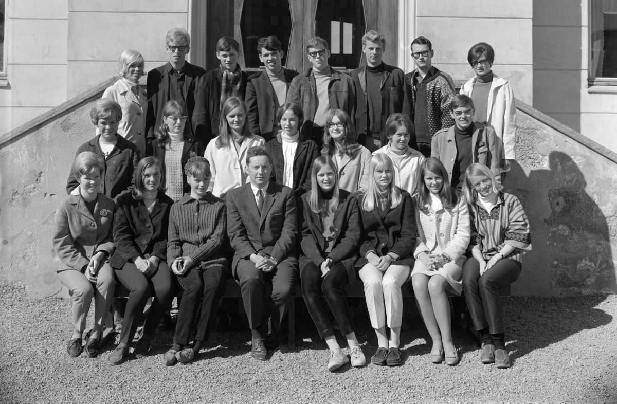 Hamar Katedralskole KL. 3EB 1967-1968. Gruppe elever og lærere. Navn ukjente.