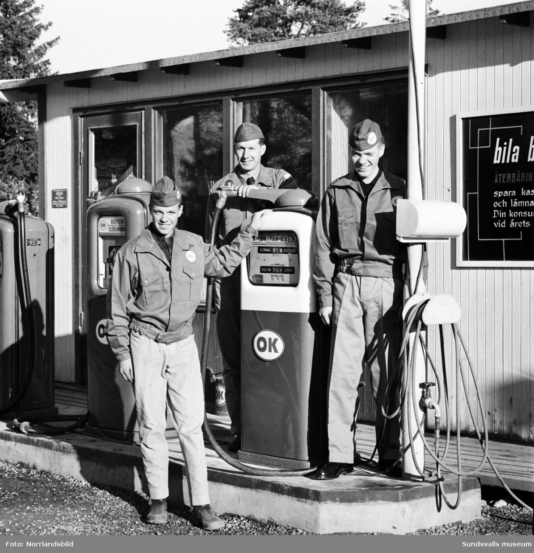 Personalen vid OK Hagavägen inför bensinstationens invigning.