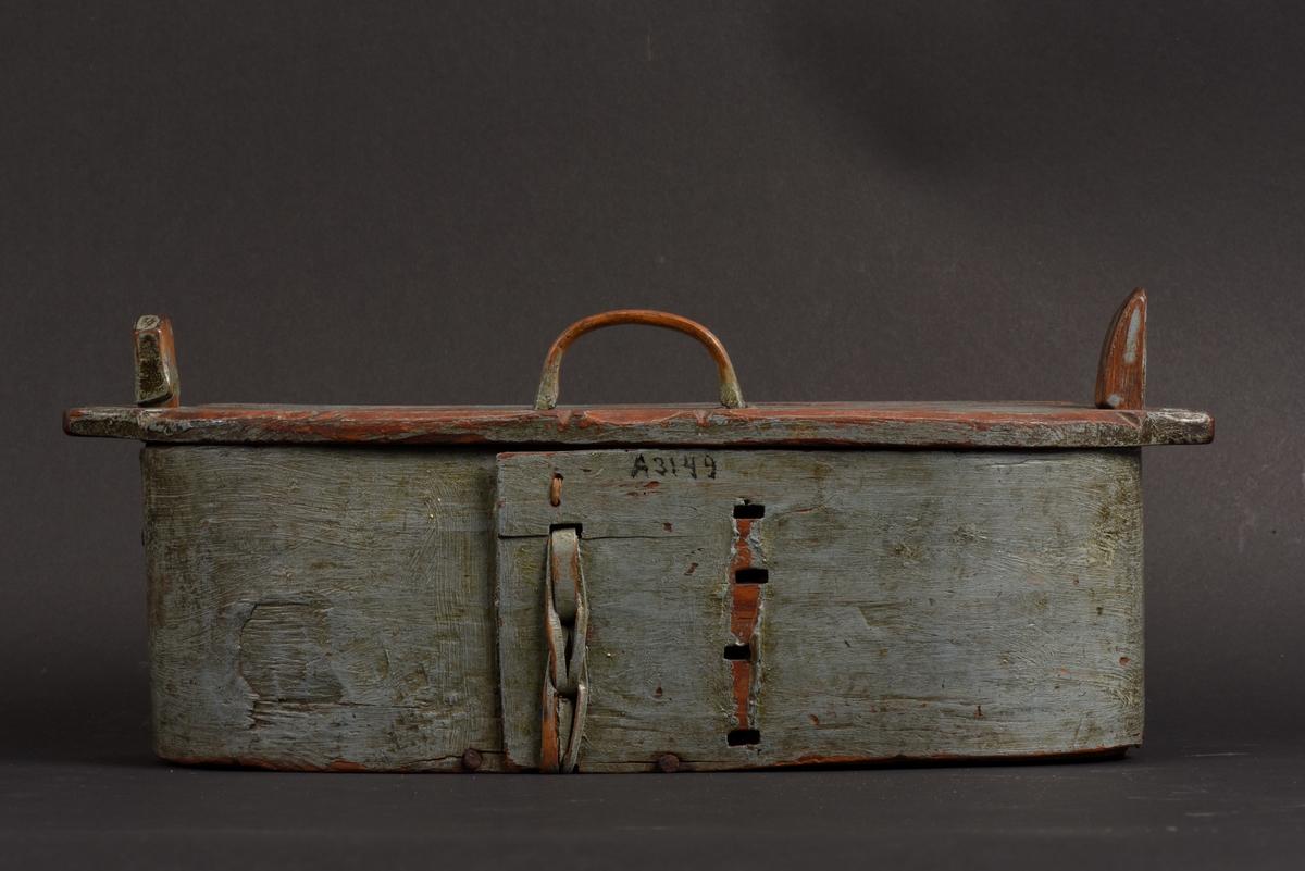 Oval svepask med lock. Målad blå på utsidan. Två ståndare för lockets fastsättning, den ena lite fjädrande. Svepet har ett rakt avslut och ett av fästena för svepet saknas och det andra är kompletterat med ett snöre.  Locket har ett handtag och utskurna intag för att passa till ståndarna. Årtalet 1835 och initialerna MAD är målade i rött på lockets ovansida. Sekundär lagning med spik för att fästa ihop svep och botten.