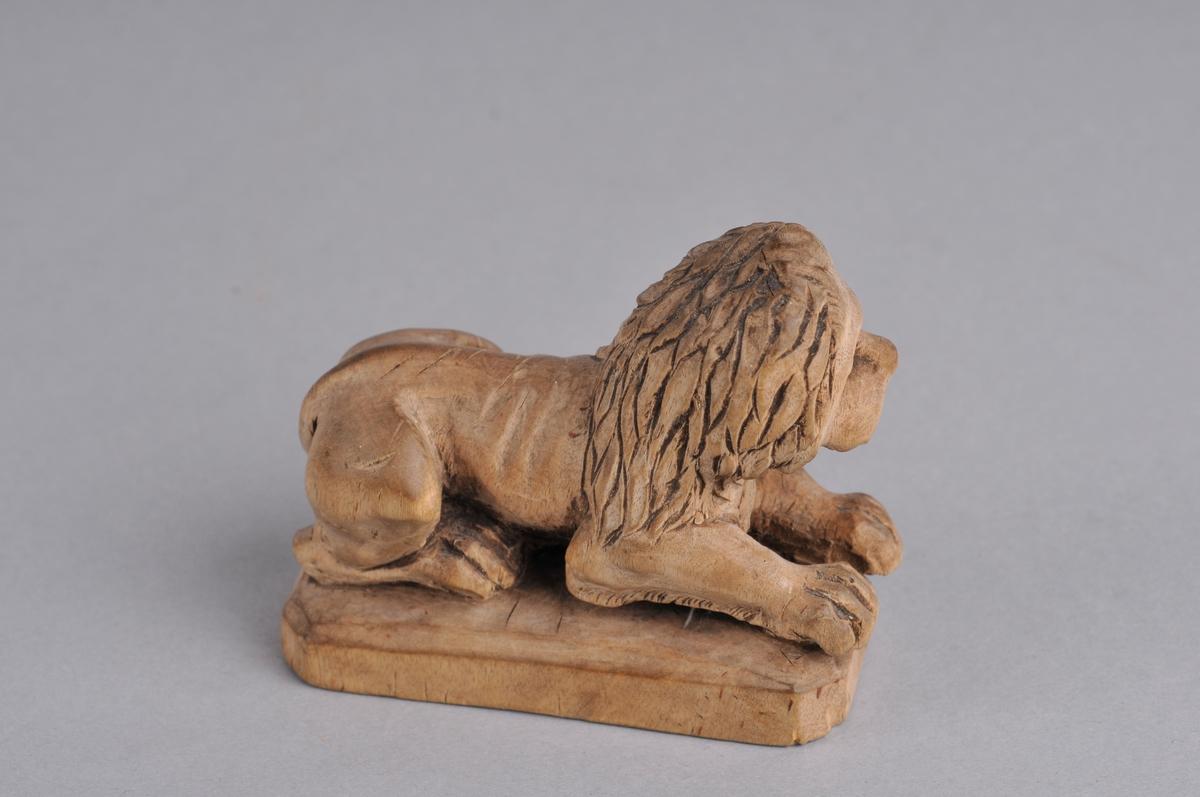 Løve, liggende.