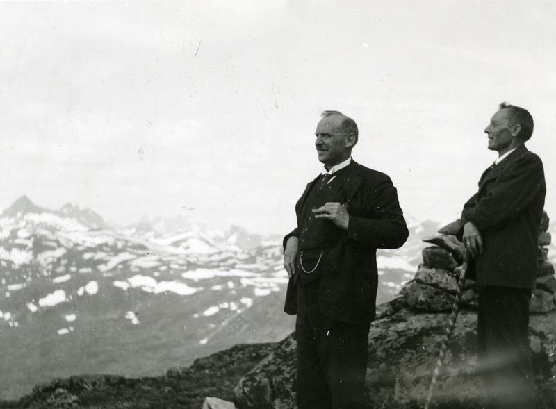 Innsamlingsferder i Valdres, 1934: Sigurd Islandsmoen (t.v.) tok turen via Tyin, Eidsbugarden og Bygdin under ein av sine tre folketoneferdar i Valdres. Fotograf: Knut Hermundstad. VFF 4-001156. (Foto/Photo)