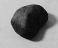 Sten med rundad form, lagom stor att ha i handen.  Stenen användes vid ett rån mot postkupén på sträckan Simrishamn - Malmö den 18 mars 1907. Vaktbetjänten i kupén Johannes Almén blev slagen i huvudet med stenen och sårad av tre revolverkulor.