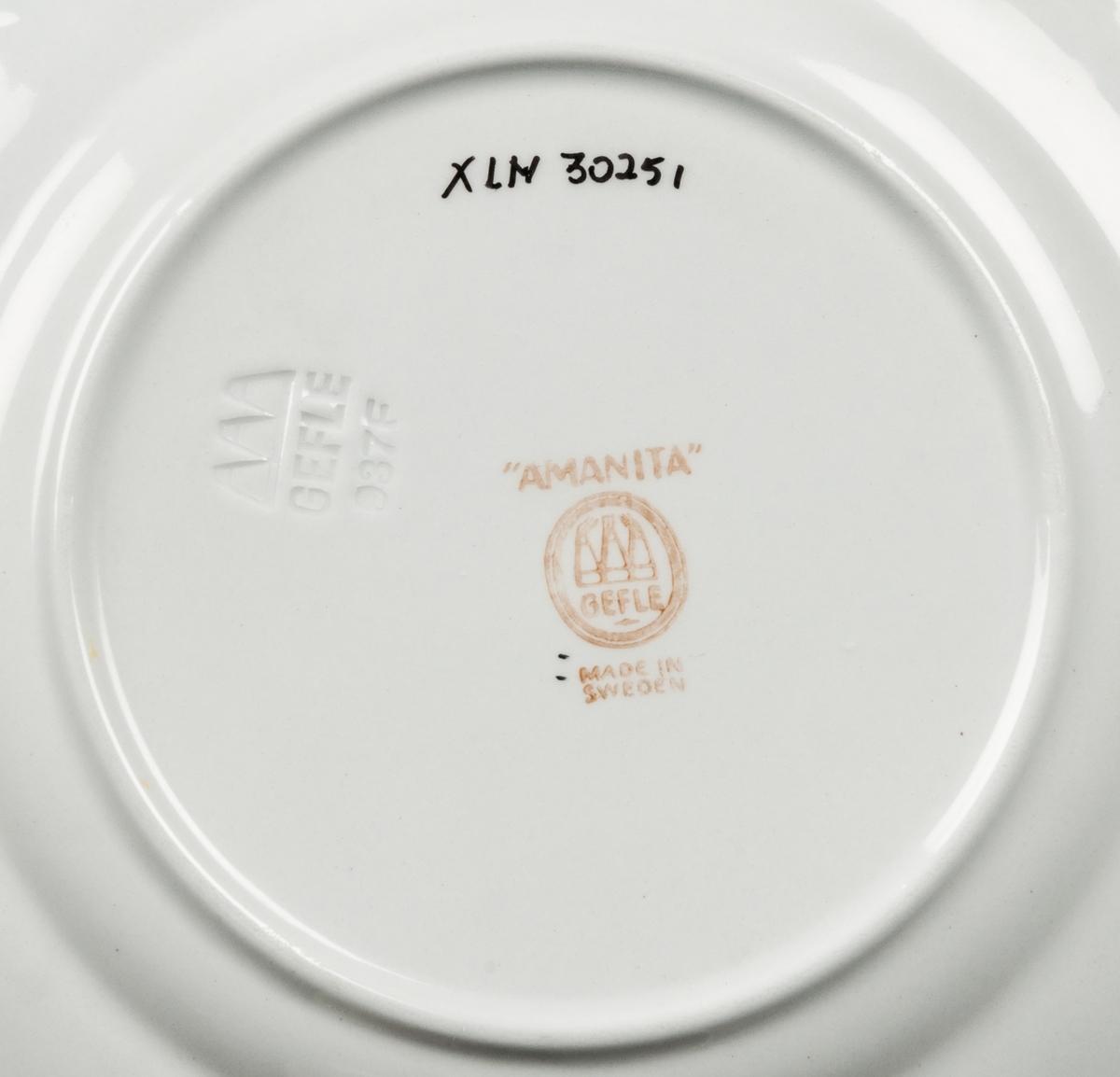 """Sex assietter tillhörande teservis """"Amanita"""", från Gefle Porslinsfabrik."""
