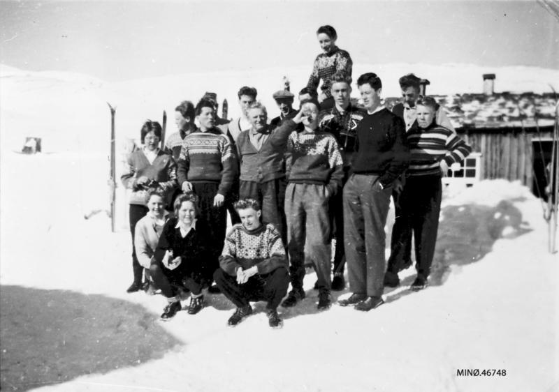 Ungdomsskituren påskelørdag 1961. Fremst fra venstre: Oddrun Tuvan, Aud Borkhus, Torbjørn Furuhovde. 2.rekke: . Eli Tronsgård, 2. Ove Hjerkinn, 3. Hans Bjørnsgard (styrer på Grimsdalshytta), 4. Oddgeir Furuhovde, 5. Torgeir Tallerås, 6. John Borkhus. Bak: 1. Magnar Dahlen, 2. Ole Tallerås, 3. Peder Olaus Hovde, 4. ukjent, 5. Arne Brendryen, 6. Øystein Borkhus. Aller bakerst: Per O. Borkhus