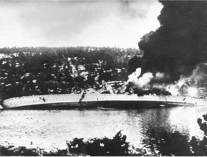 Blücher med sterk slagside etter fulltreffer fra Oscarsborg festning om morgenen 9. april 1940. Foto: Riksarkivets fotoarkiv.