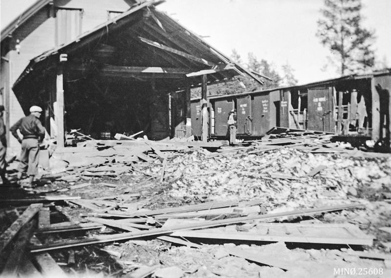 Store ødeleggelser både på togmateriell og bygninger etter bombeangrepet mot toget på Telneset stasjon 24. april 1940. Foto: Anno Musea i Nordøsterdalen