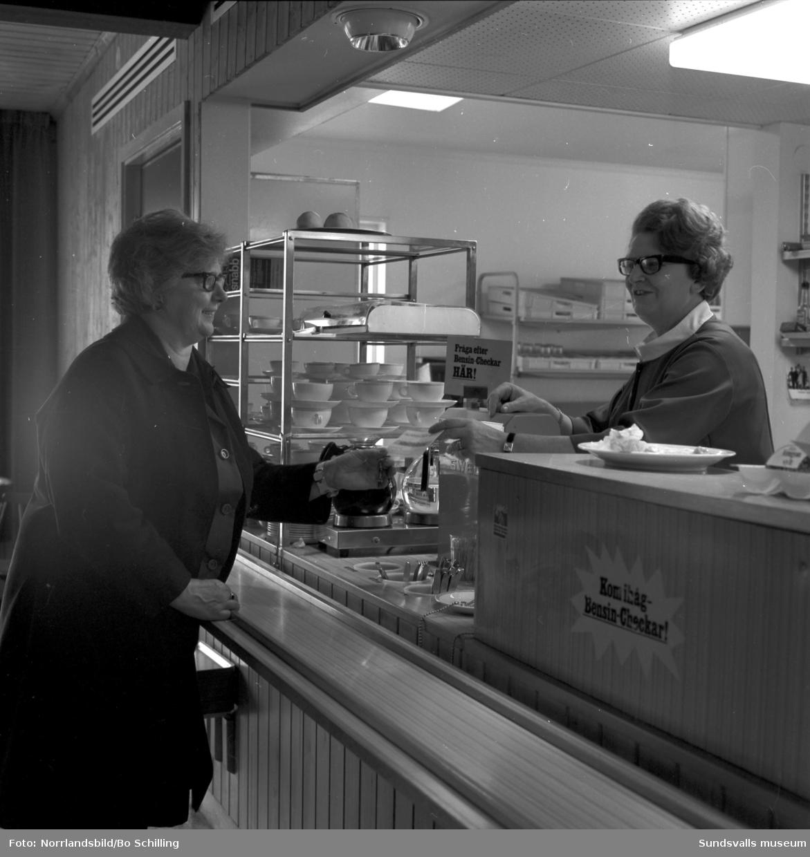 Fru Smedman heter kunden i restaurangen på Liz Motell i Bredsand.