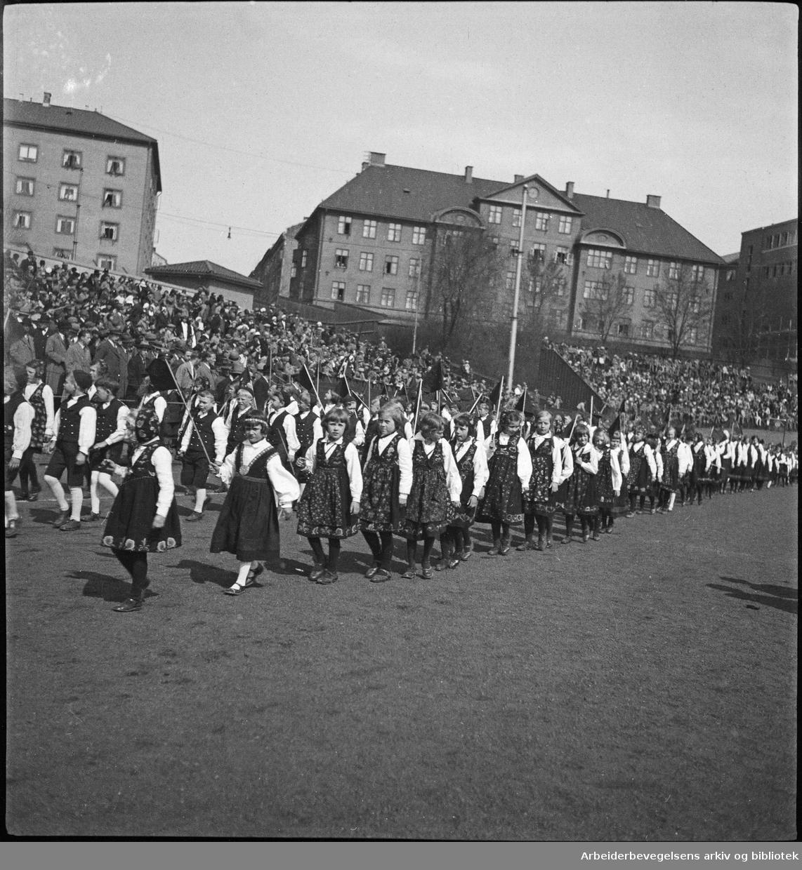 Medlemmer av barnelagene (Senere Framfylkingen) i Oslo defilerer på Dælenengen idrettsplass 1. Mai 1932.