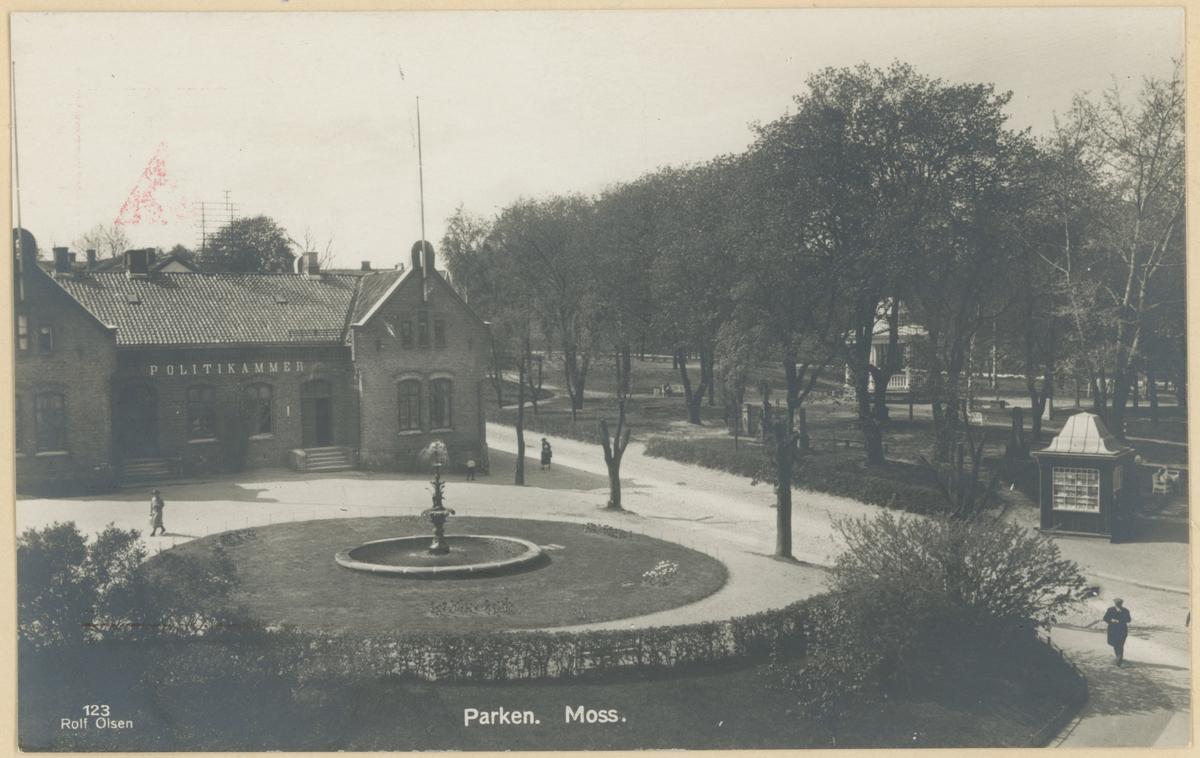 Postkort. Kirkeparken med paviljong og kiosk samt politikammeret. Paviljongen ble reist i 1920.