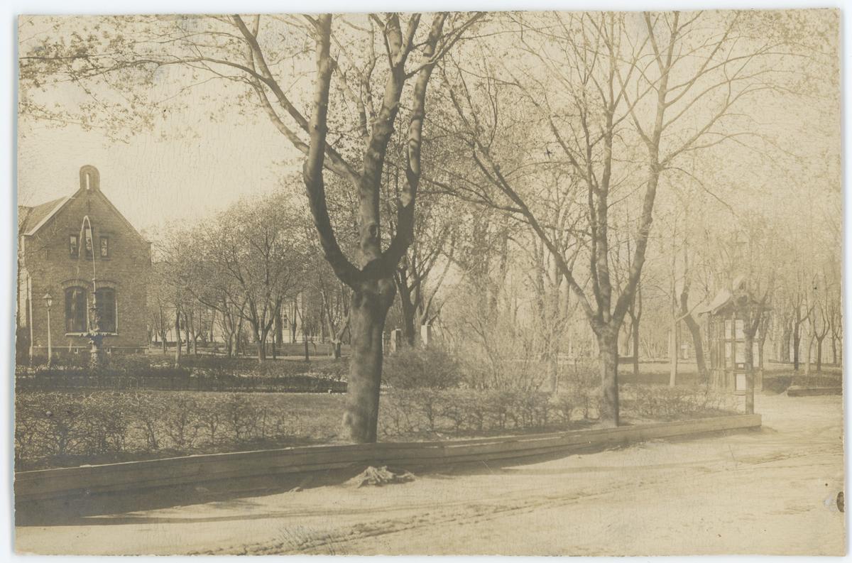 Den gamle rådstuen i Kirkeparken/Kirkegaten, hvor Moss politikammer senere holdt til i 1968. Den eldste aviskiosken som ble flyttet fra Vincent Bugges plass ses til høyre.