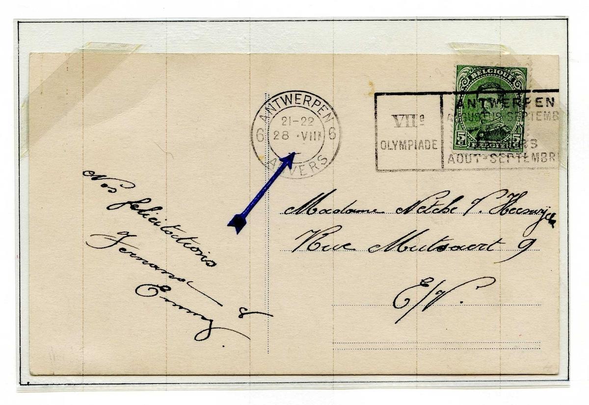 To postkort montert på en albumside. Begge postkortene er frankert med frimerke med bilde av Kong Albert I, og stempelene har trykkfeil. som er markert med en pil.