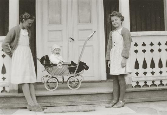 Åse Moe Holt og Liv Ragnhild Frogner Knutsen på Ullinshof skole 1930