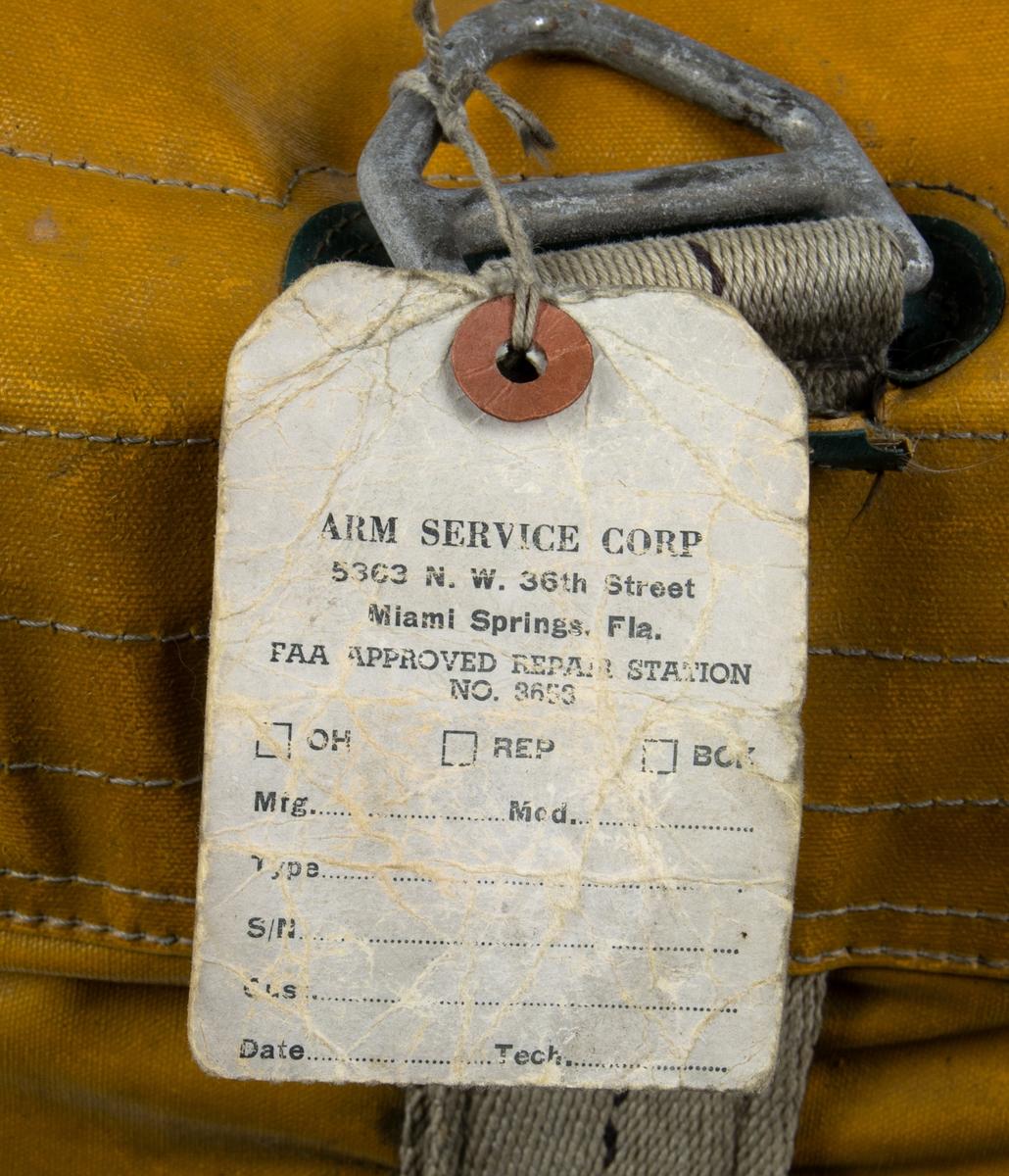 Nödradiosändare T-74/CRT-3 packad i tillhörande väska. Väskan innehåller bland annat signallampa, fallskärm, generator mm,  Instruktionshäfte medföljer. Väskan är öppnad.