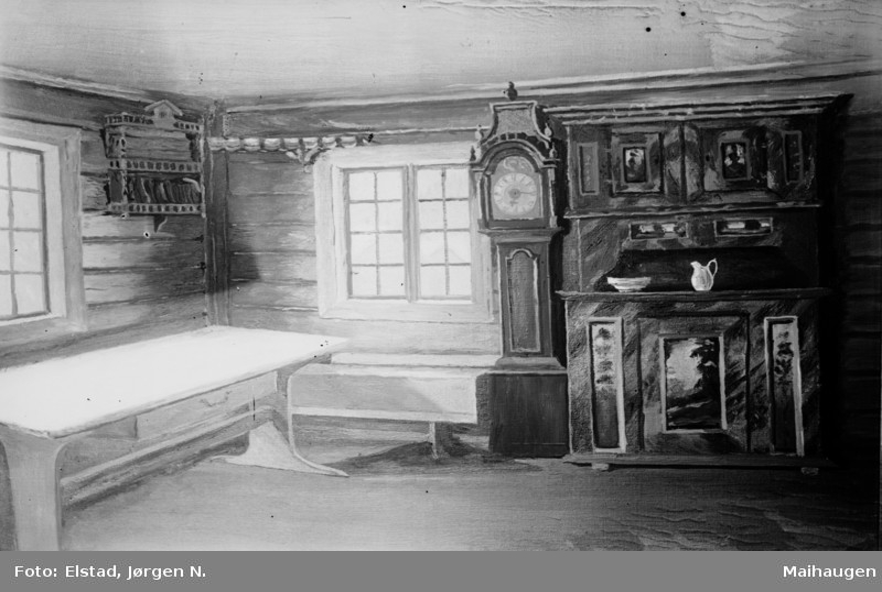 Fåvang. Nedre Seielstad. Interiør med dekorert framskap og  golvklokke, langbord og tallerkenhylle.