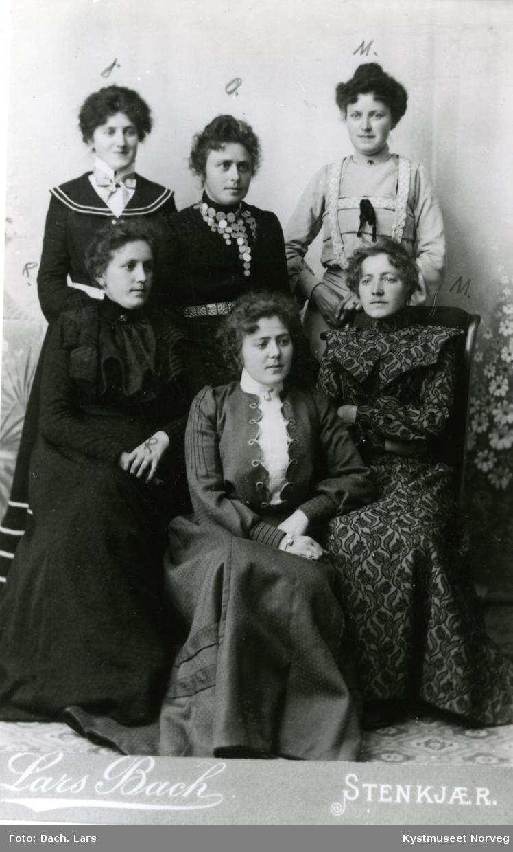 Foran fra venstre: Ragna Øverland, Selma Roknes og Maren Meyer. Bak fra venstre: Janna Sverdrup Klette, Olga Bjørnson og Margret Martens