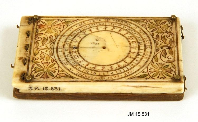 Kompass av ben och trä, tillverkad av Leonhart Miller 1639. Ej komplett. Rikligt skuren dekor på benet. Objektet har formen av en ask med uppfällbart lock.