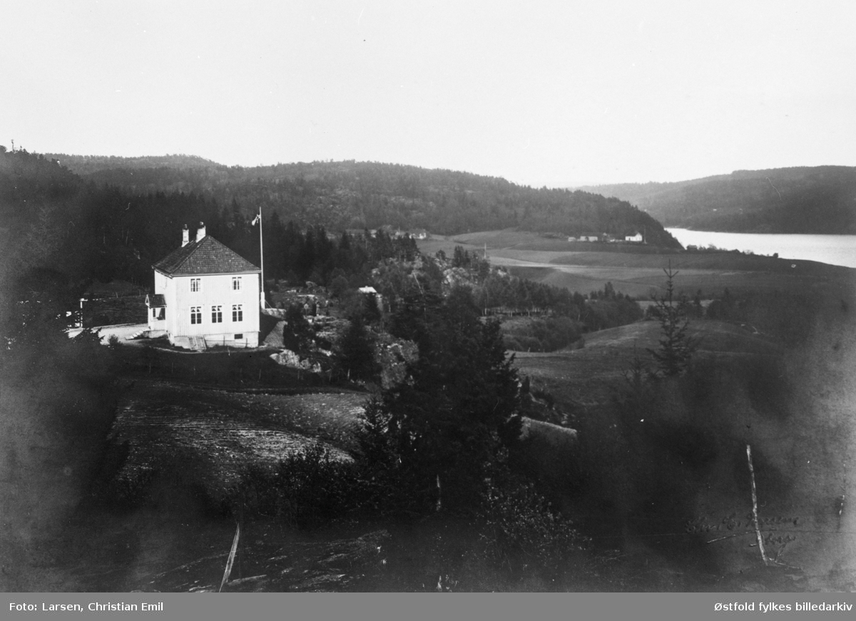 Minge skole i Tune ved Sarpsborg, bygd 1922, med omgivelser.