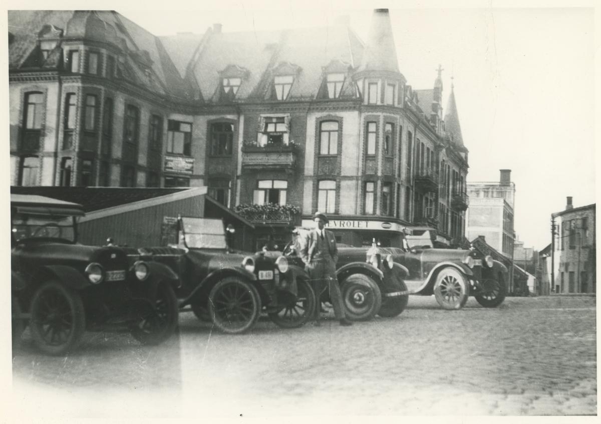 Drosjeholdeplassen foran Andersen & Bang i Dronningens gate. Vincents Buddes plass ca. 1920.