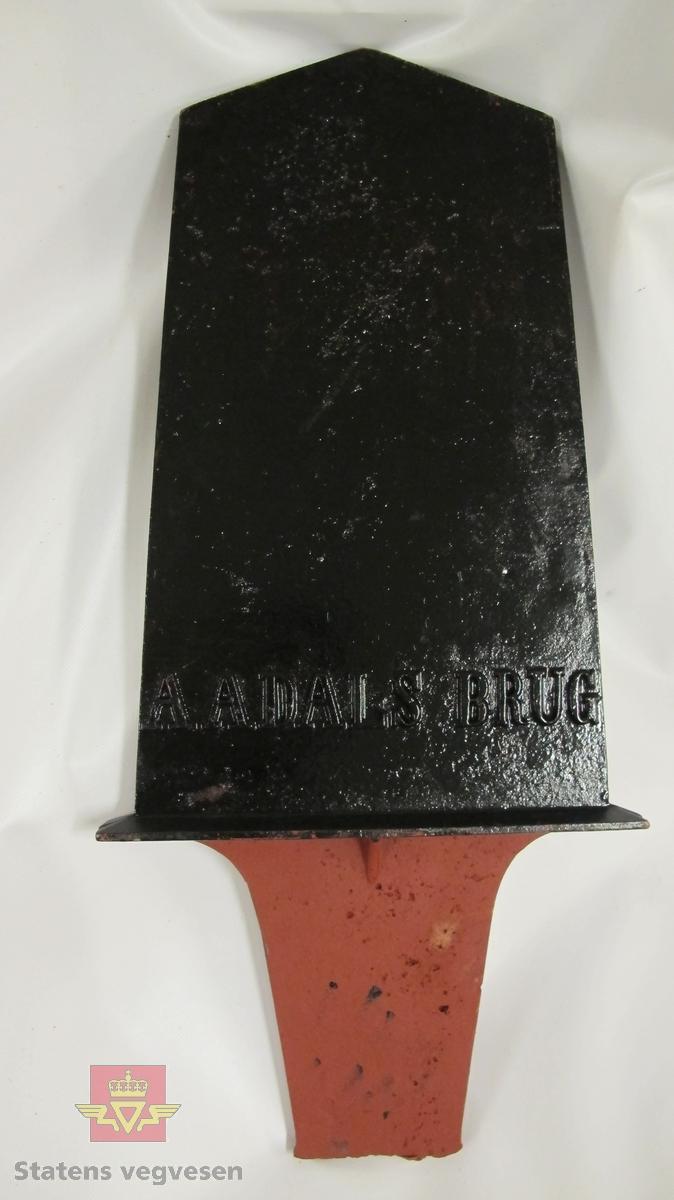 """Kilometertavle, (skilt), mangler nederste del av sokkel, lagd av støpejern, med riksvåpenmotiv og teksten:"""" 5 KILOMETER"""". Skiltet er malt/ pusset opp.  Svart bunnfarge og gull- rødfarget motiv, teksten er utstanset og er malt i gullfarge. Baksiden har teksten: """"AADALS BRUG""""."""
