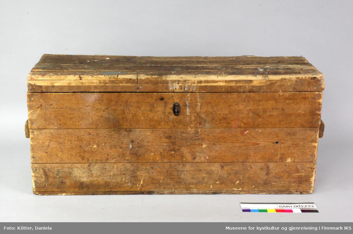 Denne trekassa er laget av tre bord per side, som er føyed i hverandre med not og fjær. Kortsidene er forsterket med lekter. Sidene er spikret til hverandre. Det er også laget håndtak av lekter på sidene. Lokket er festet med to hengsler. En lærreim holder lokket i posisjon, når den er åpent. Inne i kassen og i kassens lokk er det anordninger for å holde ulike verktøy på plass. Kassen hadde et enkelt låsbeslag der den bevegelige delen mangler.
