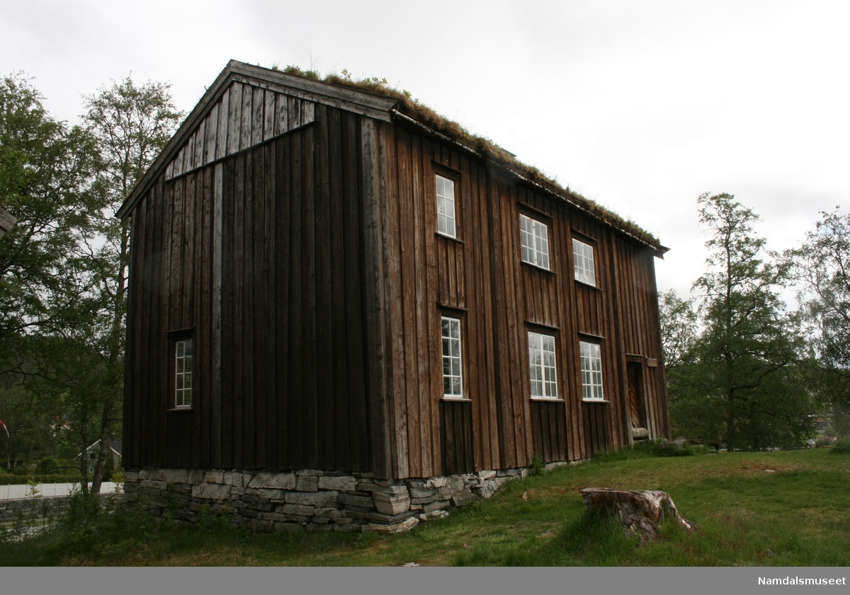 Laftet bygning med bordkledning i Tømmermannskledning.  Treromsstue med to kammers og loft.