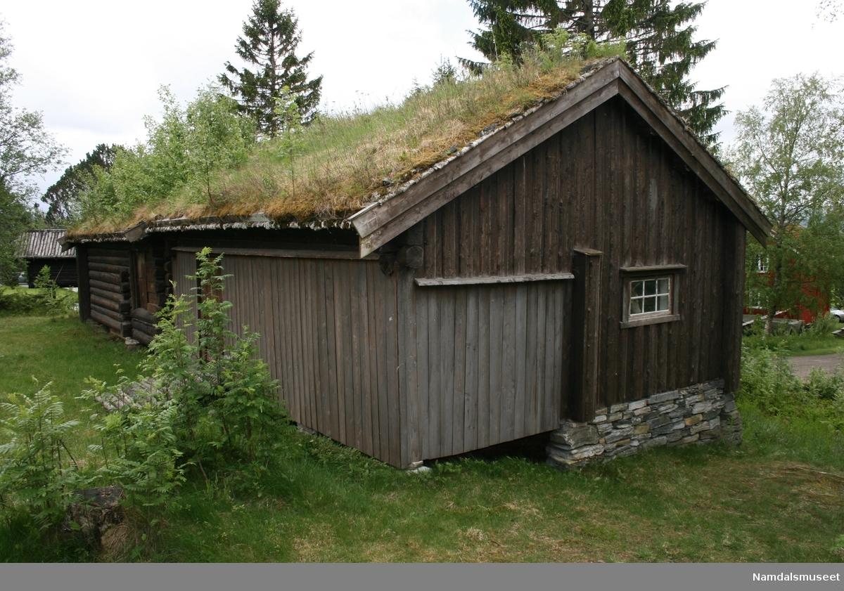 Bygning i laftet plank og reisverk. Navnet på bygningen, Salenhusa, som bekriver noe i flertall kommer av at dette er to hus med to ulike funksjoner bygd sammen som ett hus. Høyløe og fjøs, sannsynligvis opprinnelig et saufjøs.