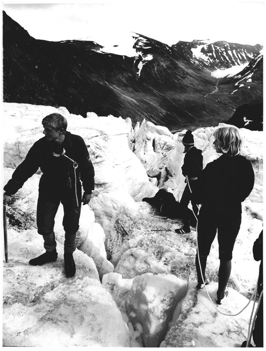 Med brefører på Svellnosbreen. Jotunheimen