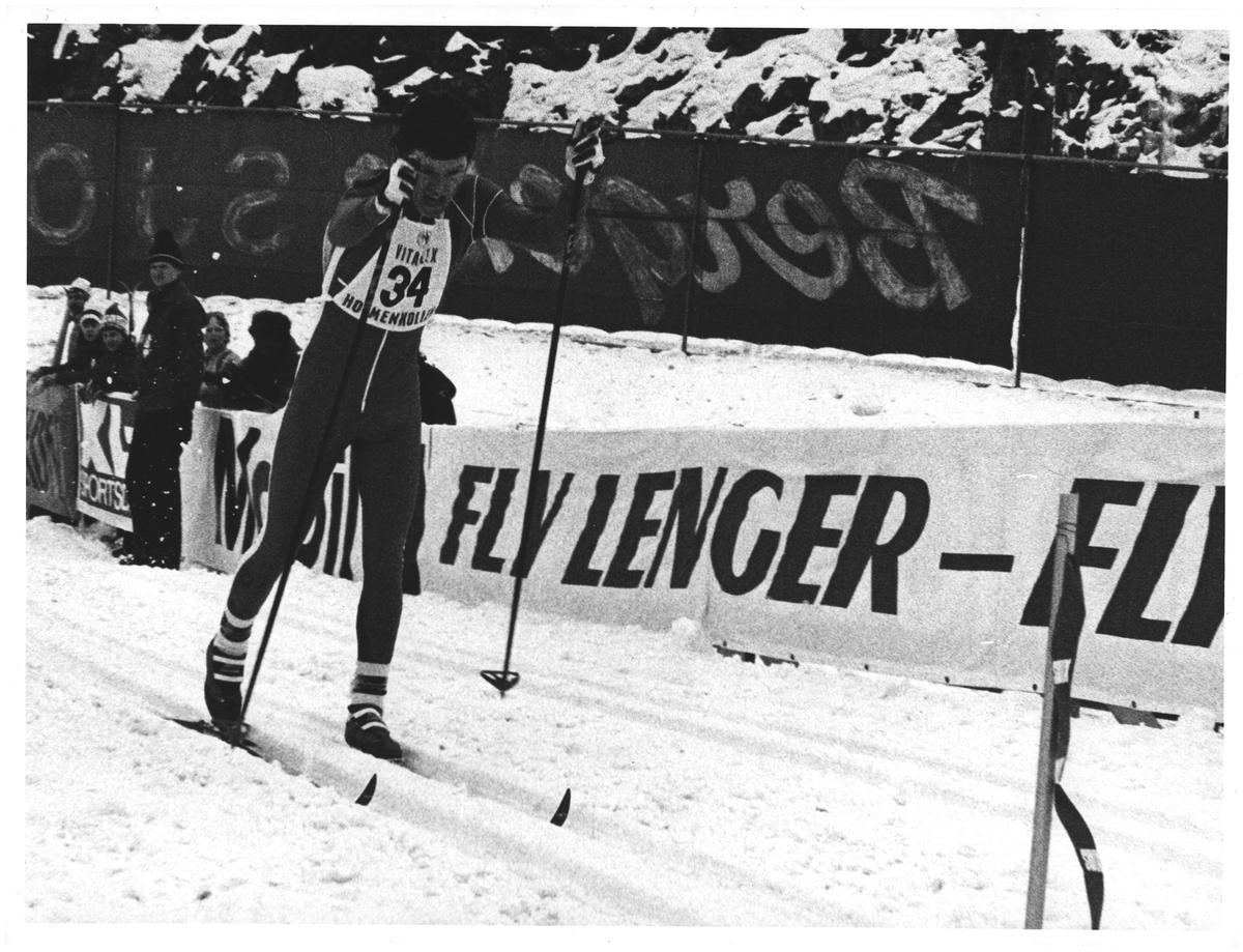 """""""Kollen"""". 15 km jr. Vinneren Pål Gunnar Mikkelsplass går i mål"""