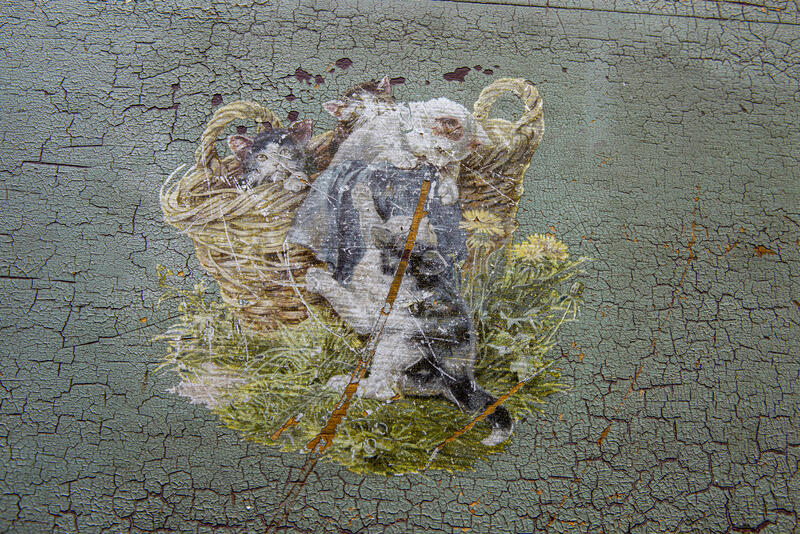 Dekormaleri fra en kommode: kattepuser i lek.