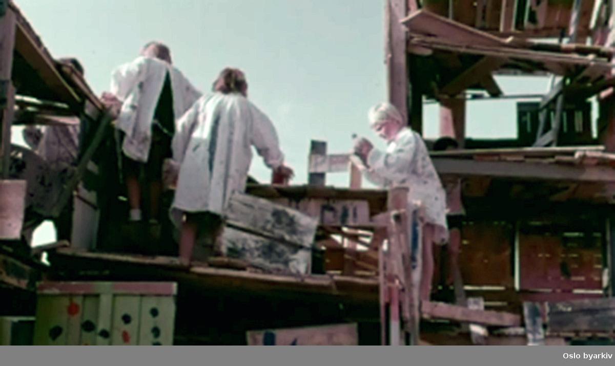 En film om hvordan det ikke skal mye til for å lage en spennende lekeplass hvor barn kan bruke farger og bygge plankehus.