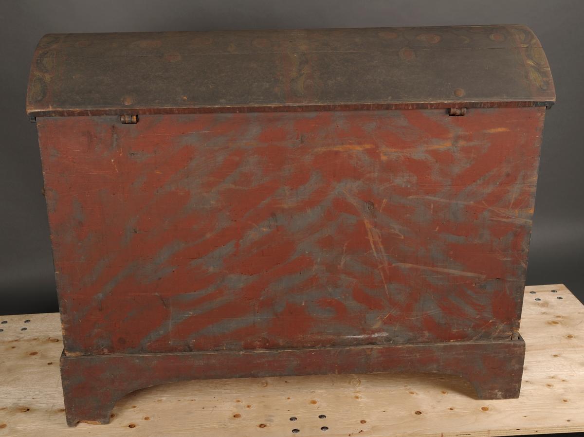 Rosemalt kiste, buet lokk, står på en tilhørende løs sokkel