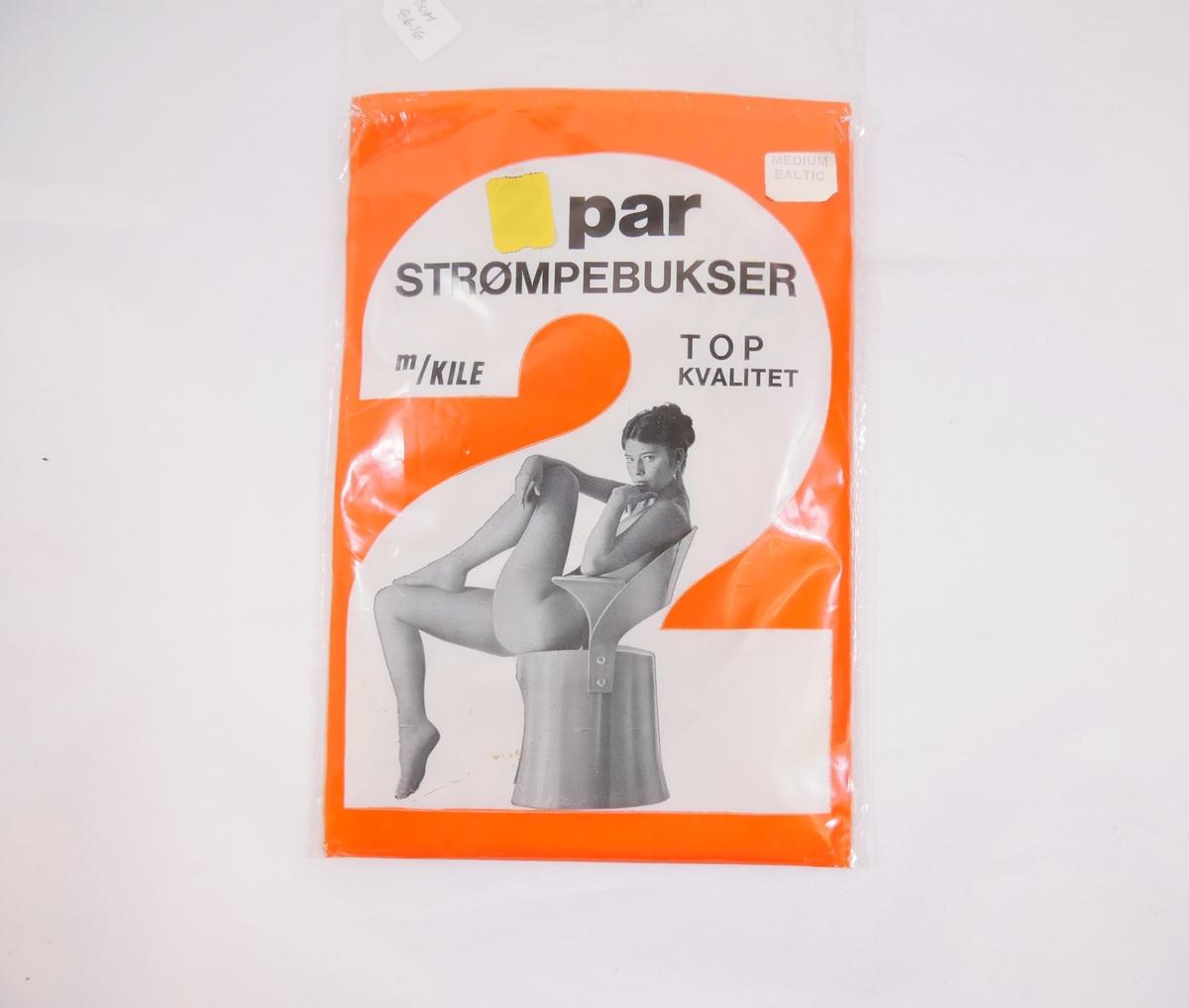 Utanpå emballasjen: Ung kvinne iført strømpebukse og singlet, sitjande i ein futuristisk stol