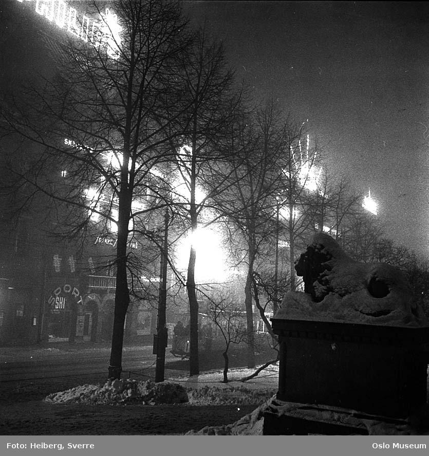 løveskulptur, snø, trikk, forretningsgårder, lysreklame, nattemørke