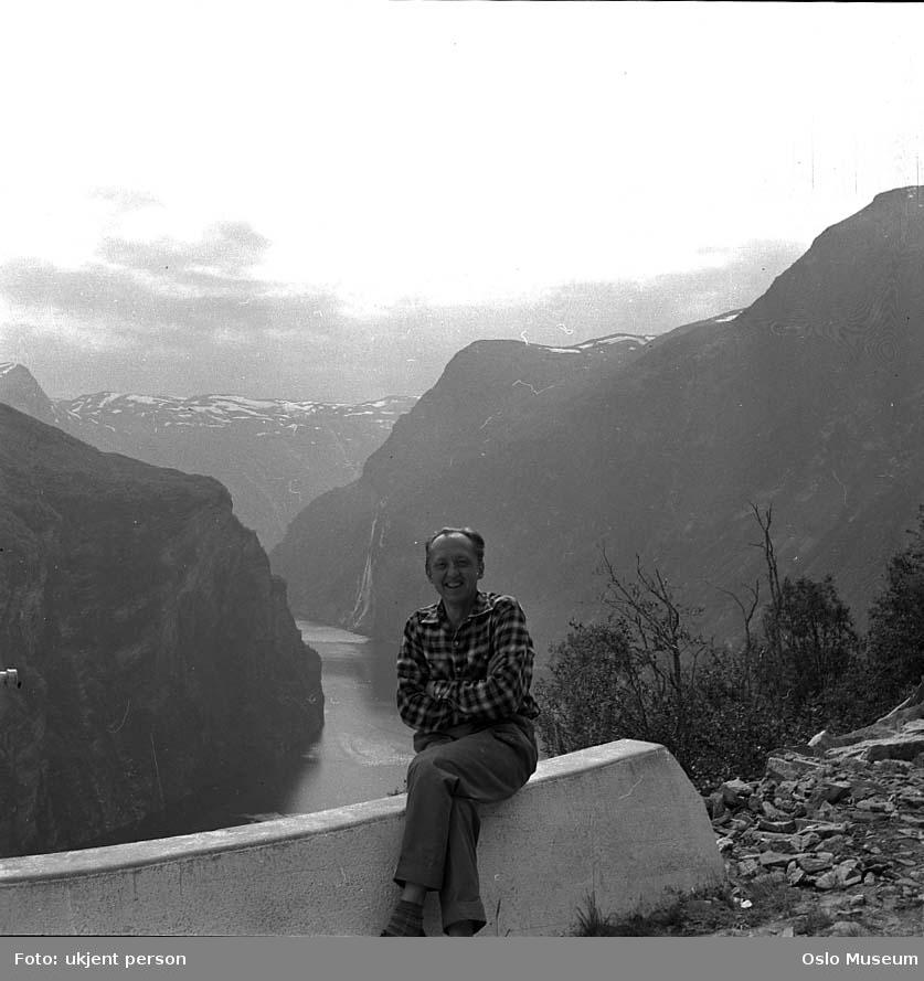 mann, fotograf, sittende på autovern, fjord, fjell