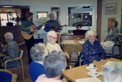 Sångstund i Brattåsgårdens hobbylokal med Stig-Ove Dahlgren