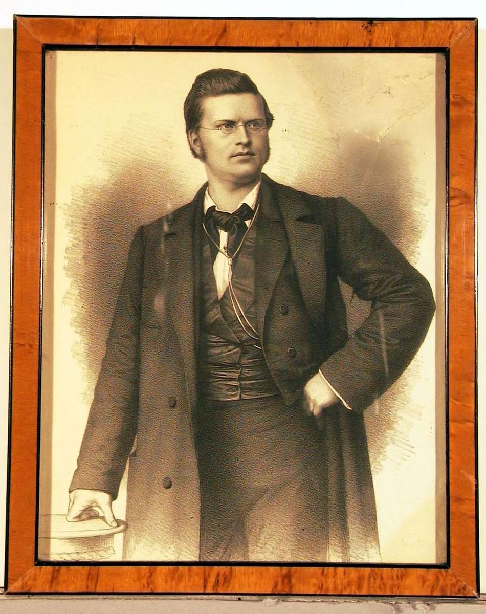 Portrettegning av ung mann stående med venstrehånden i siden og høyrehånden støttende til et rundt bord.
