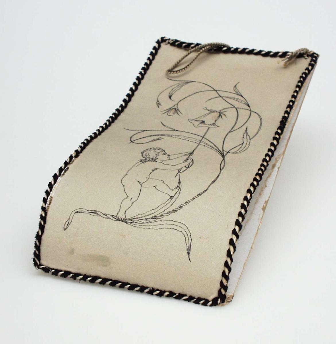 Lys grå avisholder av papp med filtovertrekk. Den har brodert motiv av en gutt som ringer med en blåklokke. Lys silkesnor viklet med smalt fløyelsbånd, kanter mappen. Bånd for opphenging.