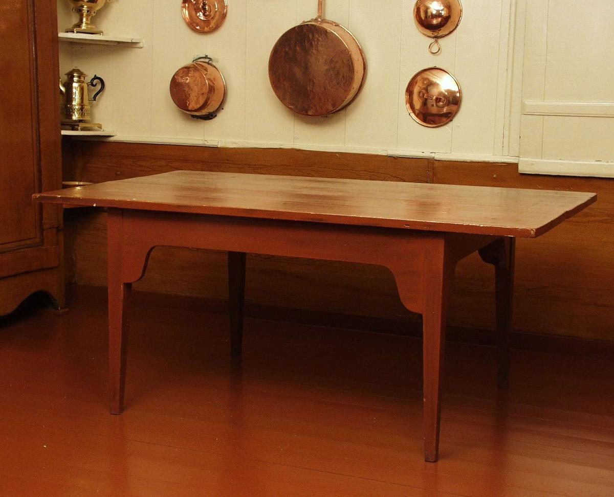 Spisebord i tre malt i rødbrun farge.
