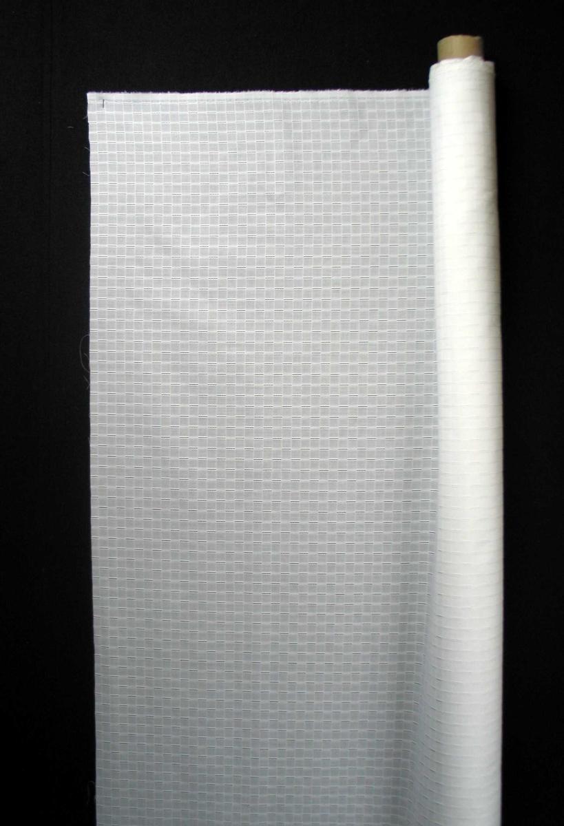 En rull med hvitt bomullsstoff med innvevd rutemønster.