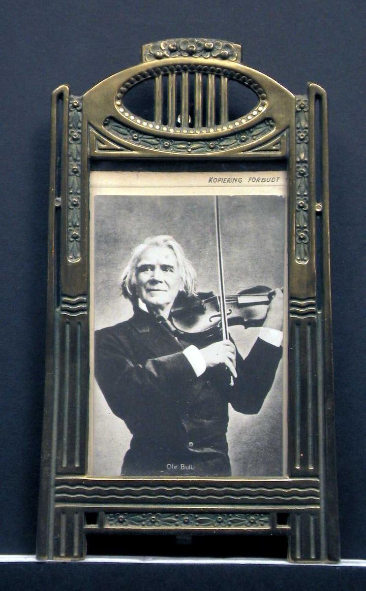 Eldre mann som står og spiller fiolin.