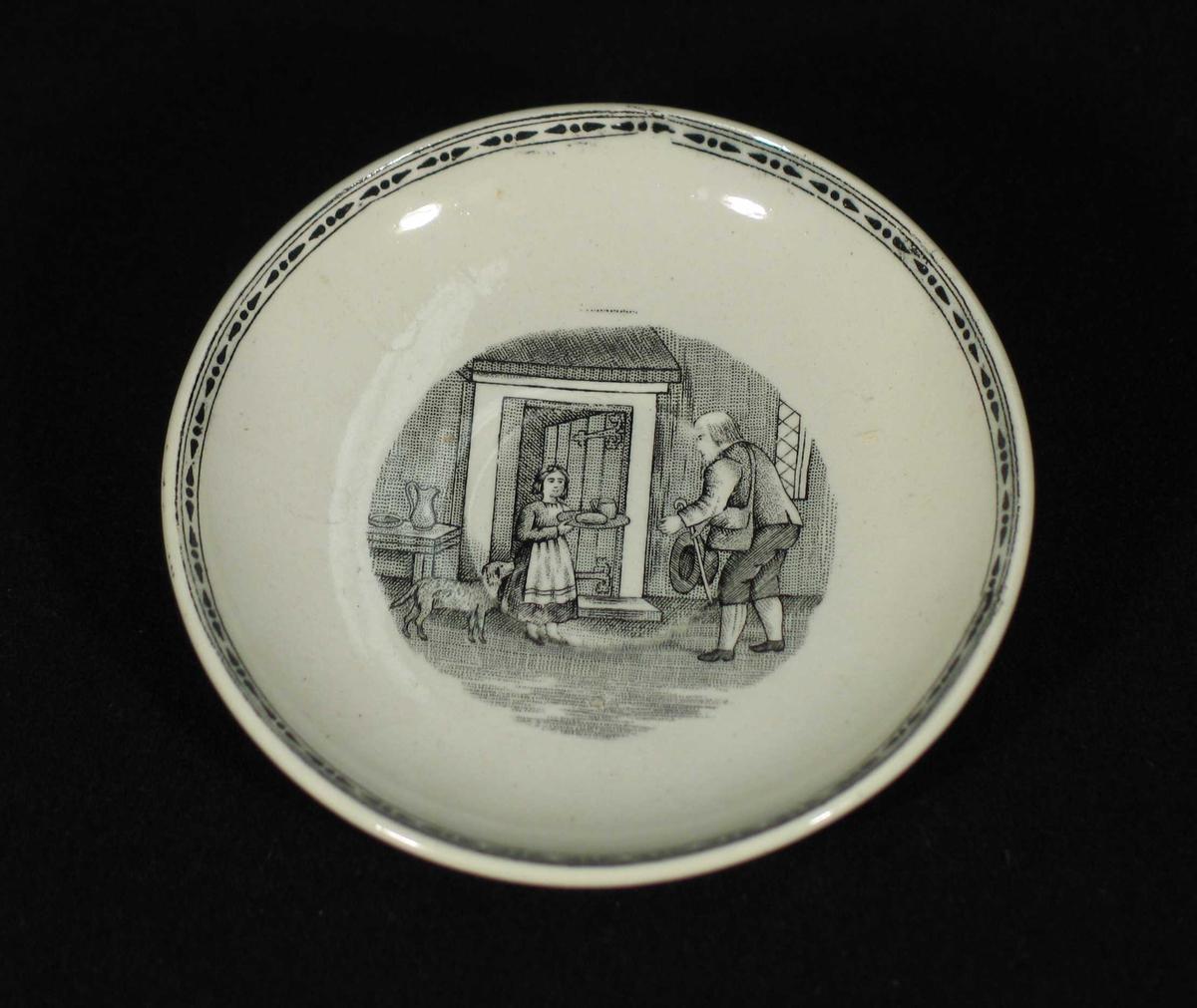 Hvit skål med svart bord ytterst og trykt motiv i midten.