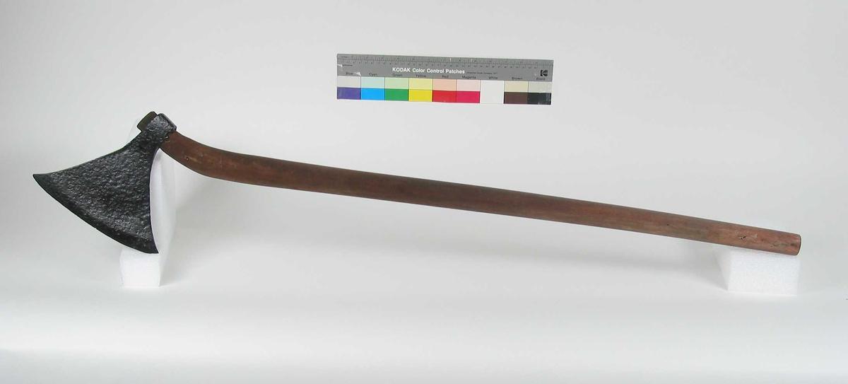 Symmetrisk økseblad med sterkt utsvingede øksespisser. Øksehammeren har skaftehull med små fliker. Bladet er tynt, og det er ikke synlig dekor. Typen fra sen vikingtid til tidlig middelalder.
