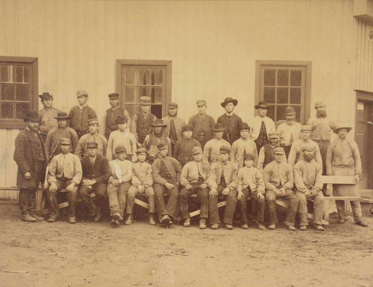Arbeidere ved Lhmr.Dampsag og Høvleri 1888.