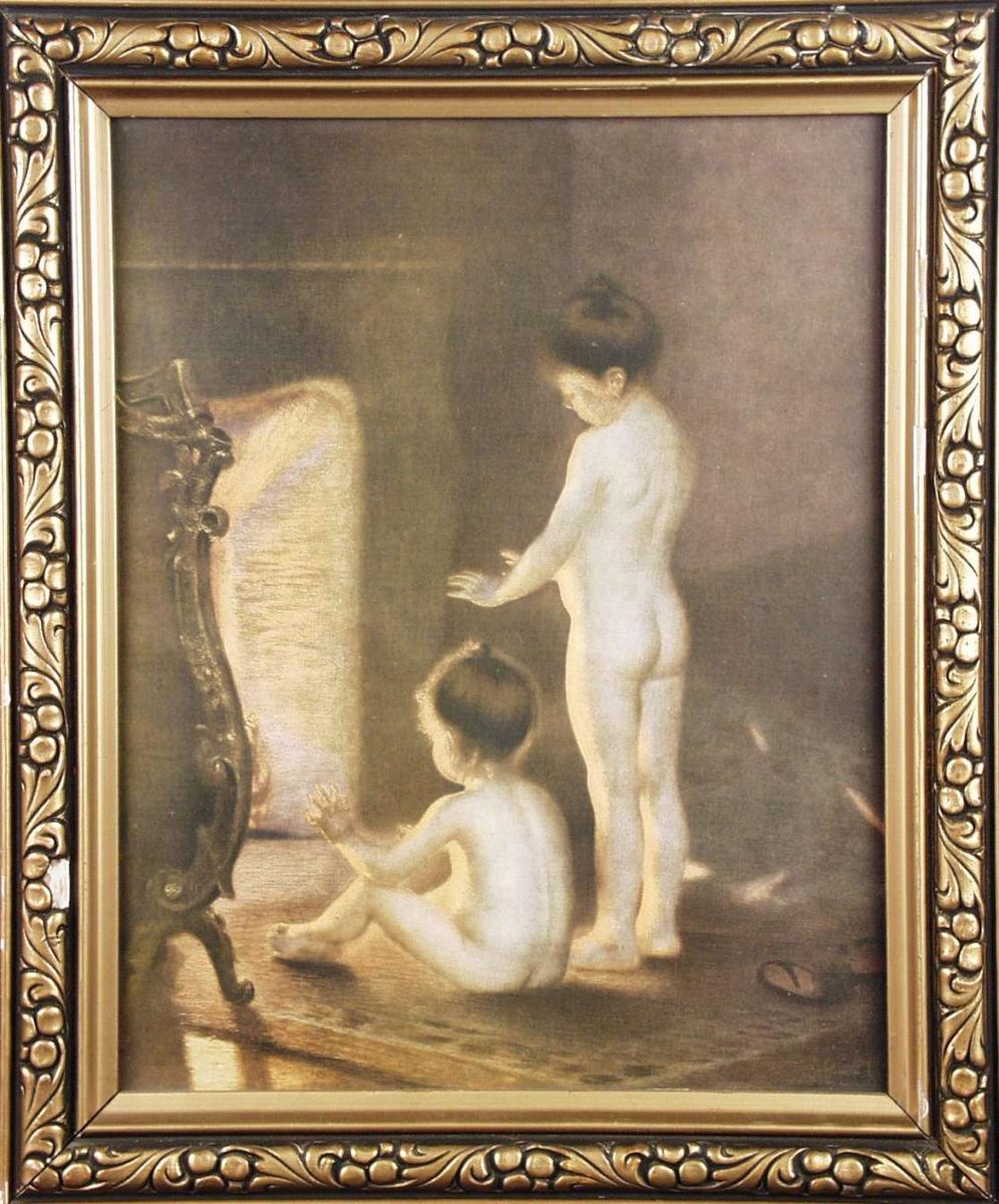 To nakne småjenter ved peisen.